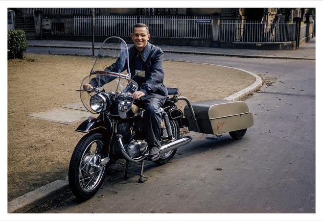 """Гордон Лэнктон на своем мотоцикле во Франкфурте, Германия, 6 ноября 1956 года. Это фото из его одиночного кругосветного путешествия, которое изменило его жизнь.  Это была часть его книги, """"Долгая дорога к своим домам."""""""